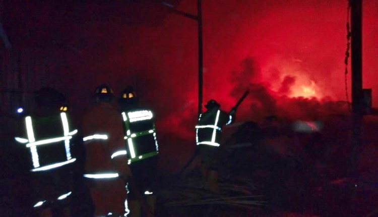 Kebakaran di pabrik kayu di wilayah grabag magelang (25/12/2020)-(Foto: Damkar Kabupaten Magelang)
