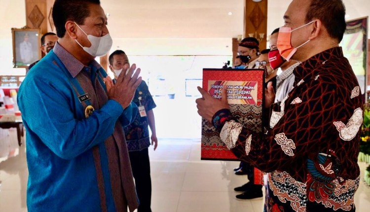 Wali Kota Magelang saat secara simbolis berikan penghargaan kepada para wajib pajak (8/12/2020)-(foto; istimewa)