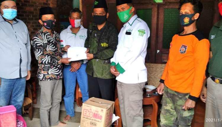 MWC NU Salaman salurkan bantuan kepada korban tanah longsor (17/1/2021)