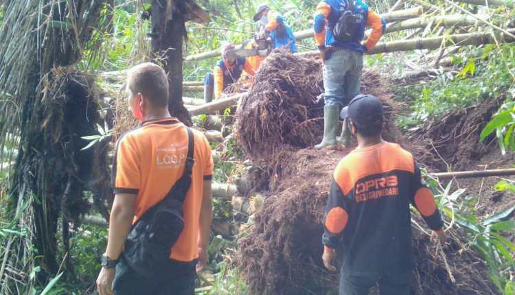 Relawan bersihkan longsor rumpun bambu di Salaman (14/1/2021)