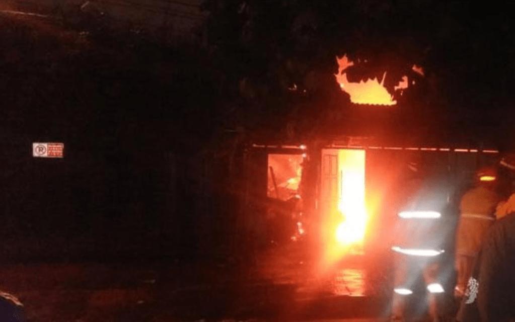 JIBAKU: Petugas memadamkan kobaran api yang membakar warung bakmi di Jogjakarta, Rabu dini hari (27/1). (foto: dok humas polresta jogjakarta)