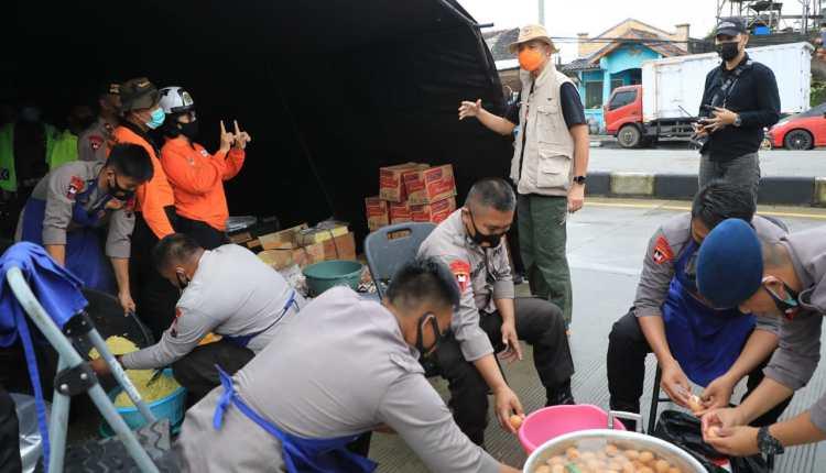 Ganjar saat meninjau dapur umum bagi warga terdampak banjir di Semarang (7/2/2021)-(Foto: ihr)