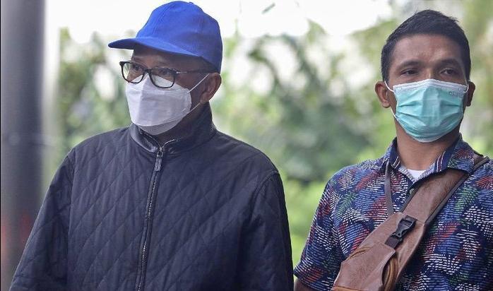 Gubernur Sulses bertopi biru saat tiba di Kantor KPK Jakarta (27/2/2021)