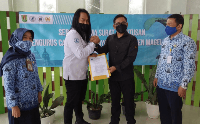 Penyerahan Surat Keputusan (SK) kepada Pengurus Cabang Paralayang Kabupaten Magelang periode 2020-2025. (foto: istimewa)
