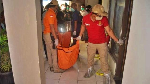 Tim Inafis saat mengevakuasi mayat perempuan dalam almari di kamar hotel di Semarang