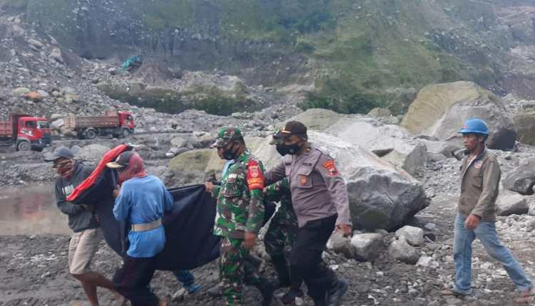 Petugas evakuasi korban kecelakaan tambang merapi di Magelang (17/4/2021)