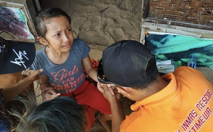 SAKIT: Seorang bocah mendapat perawatan usai tersengat ubur-ubur di Pantai Parangtritis. (foto: ist)