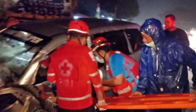 Sukarelawan PMI Sragen mengevakuasi korban laka adu banteng mobil di Sambungmacan, Sragen,