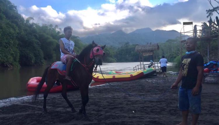 INDAH: Wisatawan dimanjakan melalui wahana berkuda dan rafting di Ladon Little Island. (foto: han)