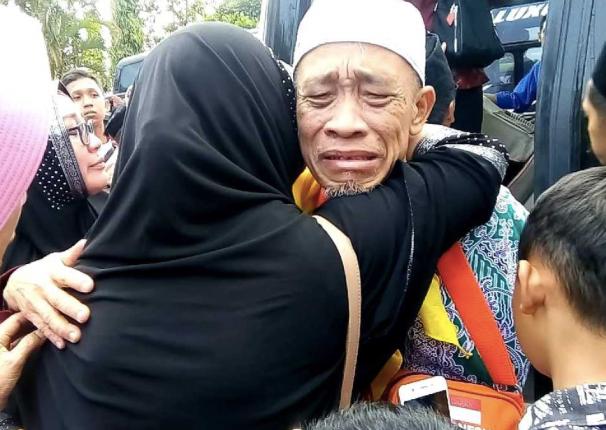TANGIS: Seorang jamaah haji menangis haru di sambut keluarga setiba di Indonesia dari tanah suci. Gambar sebelum pandemi covid-19. (sumber: internet)