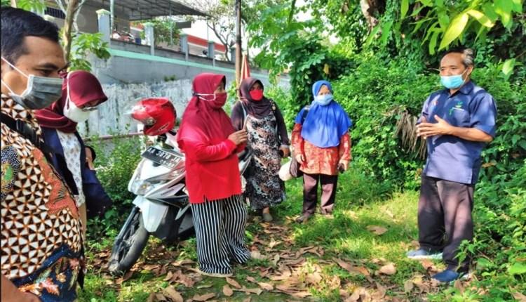 Petugas Balai Kartini saat akan mengevakuasi Lansia di Kota Magelang_Foto Kemensos