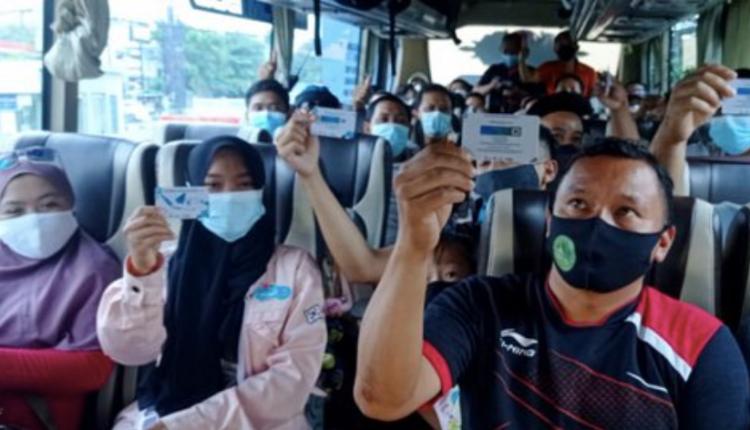 LOLOS: Penumpang bus pariwisata menunjukkan kartu vaksin. (gambar: ist)