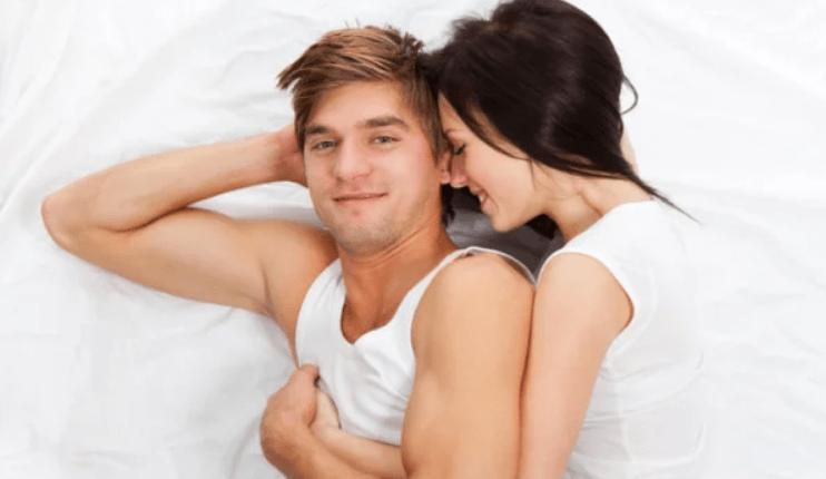 RAMUAN: Pasangan suami istri bahagia karena performa ranjang luar biasa. (foto: ist)