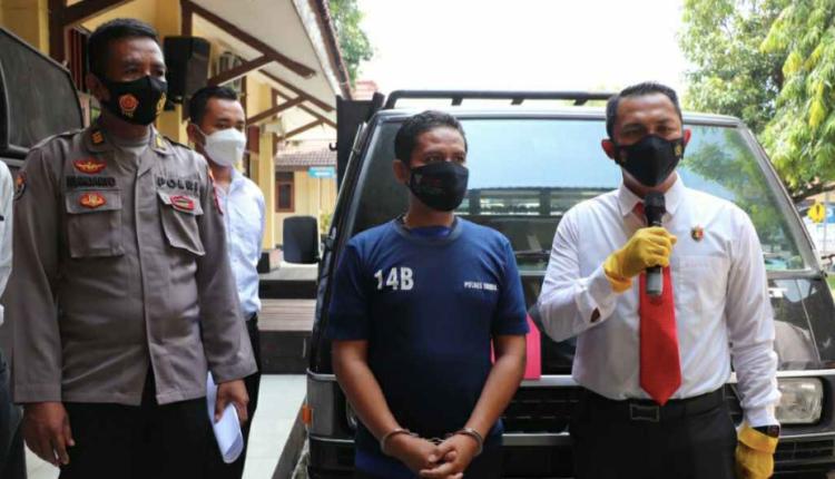 BAPER: Tersangka mantan kades Muchtarom bersama barang bukti mobil pikap sampah. (foto: ist)