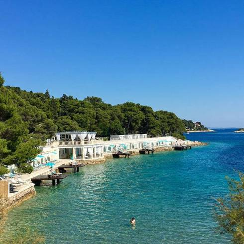 Hvar er den dekadente øya, hvor man kan tilbringe hele dagen på strandklubb om man vil.