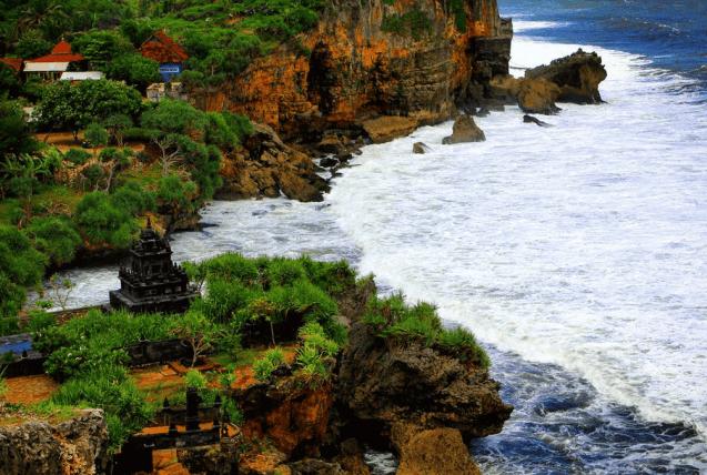 Rekomendasi Tempat Wisata di Jogja Pantai Jogja yang Ada Candi Pantai Ngobaran ini Memiliki Suasana Bak di Bali karena Terdapat Candi di Sekitaran