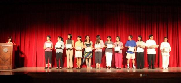 2012年期末,老师上台领奖