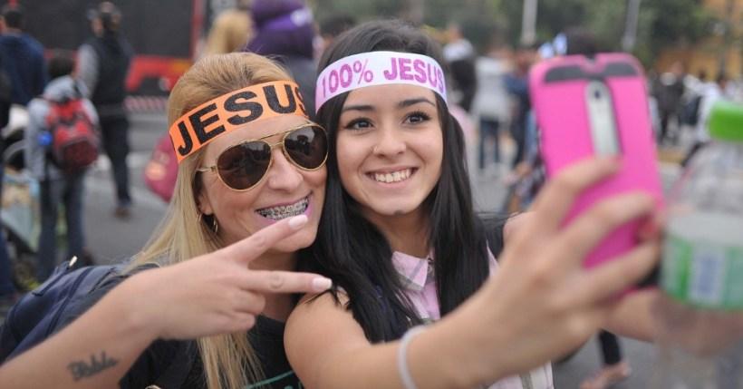 26mai2016---mulheres-tiram-selfie-na-concentracao-da-24-edicao-da-marcha-para-jesus-que-percorrera-ruas-do-centro-e-da-zona-norte-de-sao-paulo-sp-o-evento-pretende-reunir-mais-de-500-denominacoes-1464267574103