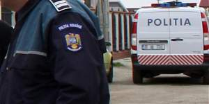 uniforma politist si masina politie
