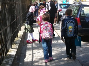 elevi cu spatele