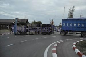 camion rasturnat sens giratoriu lemne2