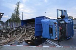 camion rasturnat sens giratoriu lemne4