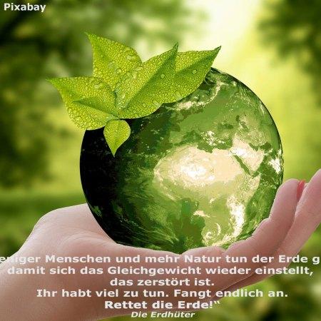 Eine grüne Erde in einer Hand