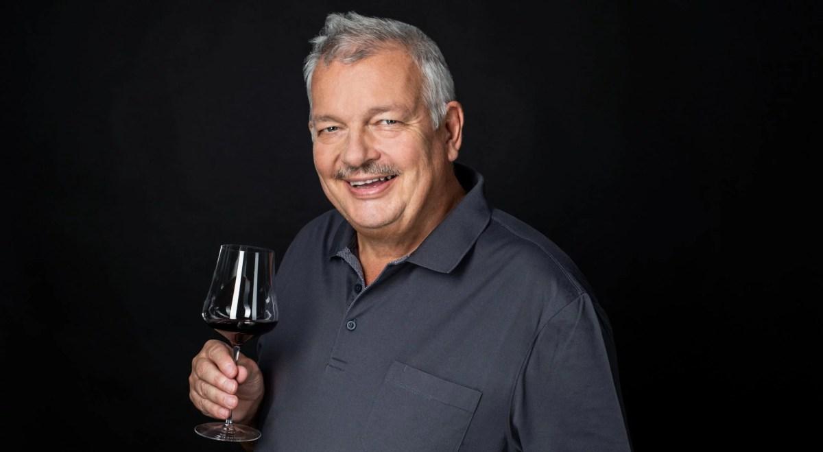 Wein-Experte René Gabriel mit einem Glas Rotwein in der rechten Hand