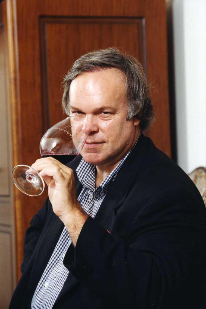 Weinkritiker Robert Parker verkostet einen Rotwein