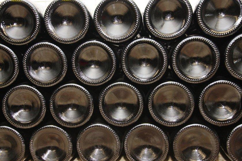 Viele Weinflaschen aufgetürmt im Kühlschrank