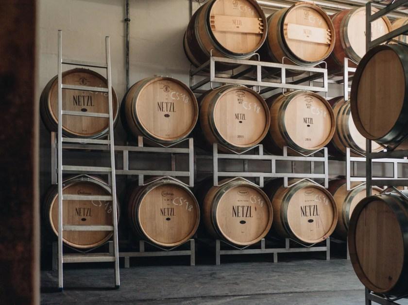 Barrique-Fässer im Keller vom Weingut Franz und Christine Netzl