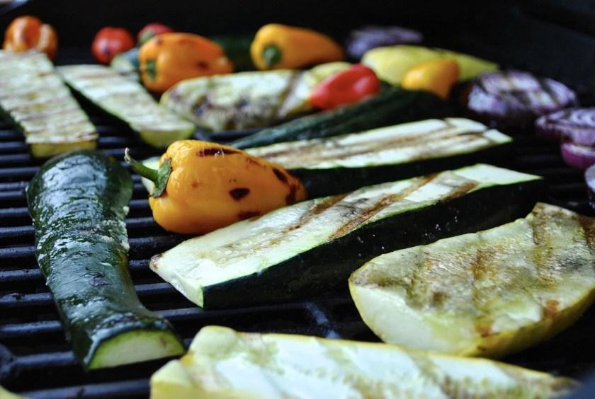 Wein zum Grillen: Gegrilltes Gemüse in der Nahaufnahme