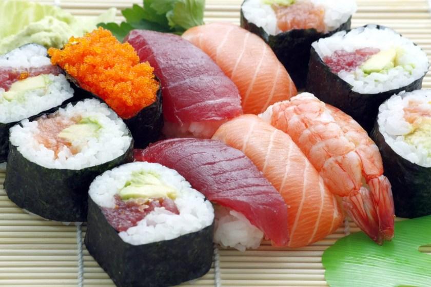 Sushi-Bento mit unterschiedlichen Sushi-Sorten.