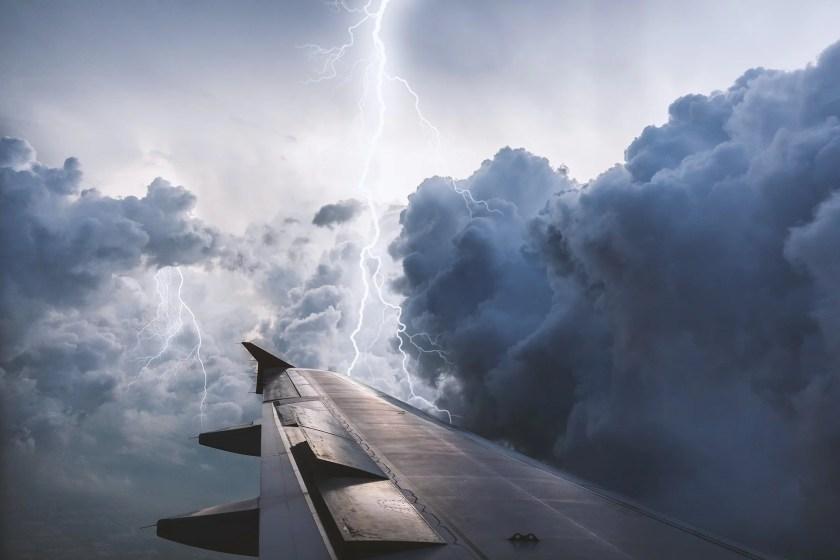 Ein Flugzeug in der Luft mitten im Gewitter