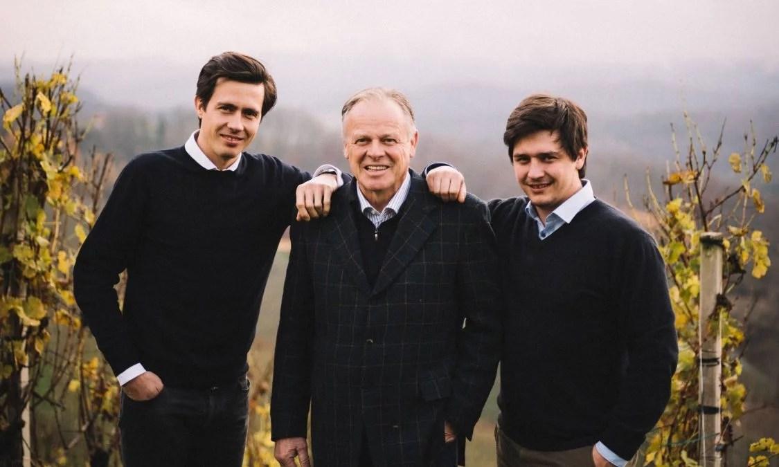 Winzer Armin, Manfred und Stefan Tement zwischen den Reben ihres Weinguts