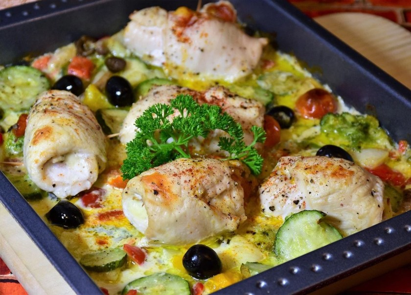 Helle Rouladen mit Zucchini und Oliven in einem Bräter