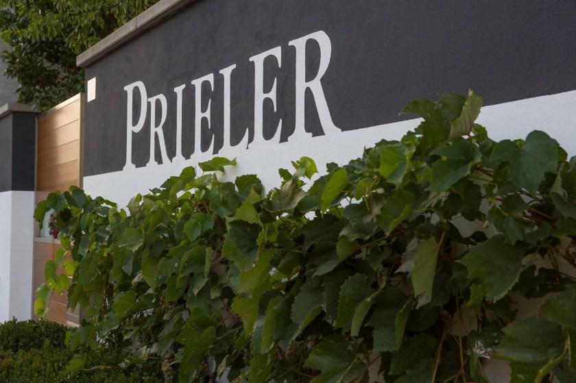 Fassade des Weinguts Prieler in Schützen am Gebirge