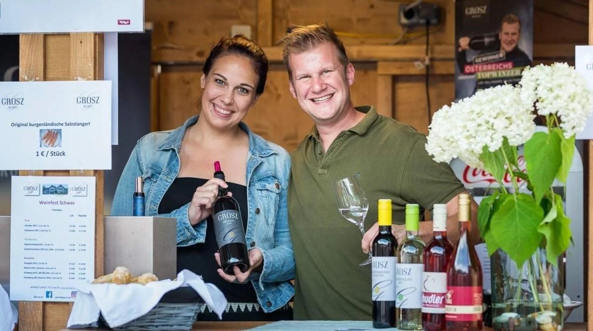 Winzer Andreas Grosz mit seiner Frau Denise hinter einer Verkaufstheke