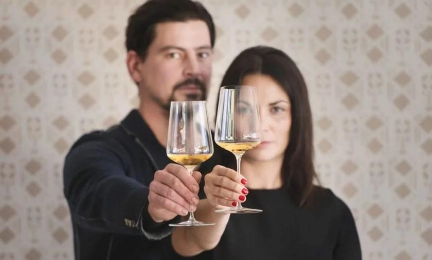 Das Winzerpaar Ebner-Ebenauer hält mit Grünem Veltliner gefüllte Weingläser in die Kamera