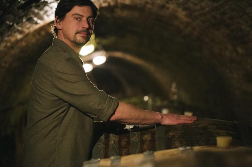Winzer Manfred Ebner-Ebenauer bei einer Fassprobe im Weinkeller