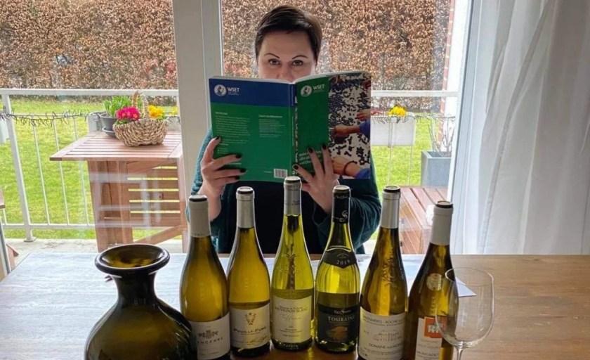 Nicole Korzonnek lernt für ihre WSET Level 3 Prüfung