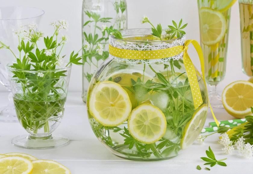Maibowle mit Waldmeister und Zitrone