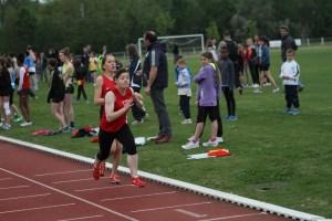 Marion transmet à Camille au terme d'un excellent 800m