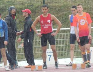 Omar se concentre malgré la pluie avant son 100m victorieux
