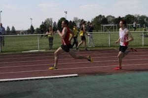 Julien donne de gros points à l'équipe avec un superbe 800m