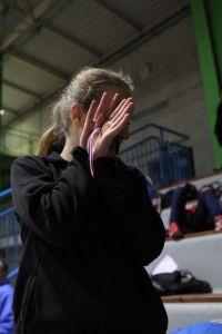 Léa se cache derrière sa médaille de bronze du 200m cadettes
