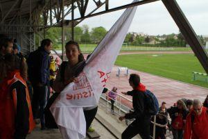 Anaïs avec le sourire et le drapeau