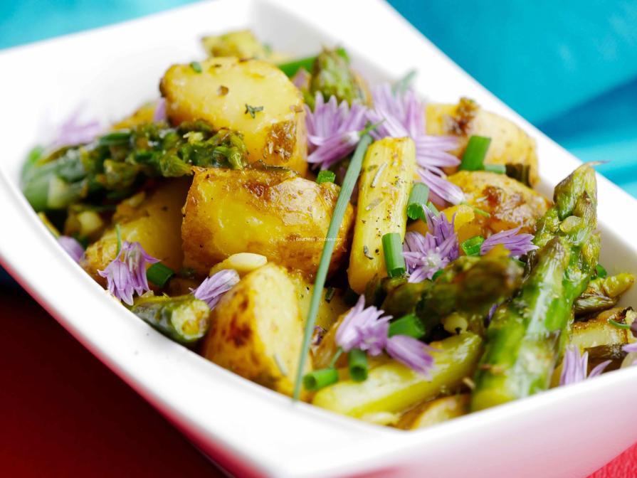 Pommes de terre rissolées aux asperges et oignons