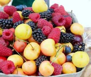 Fruits rouges, cerises, mûres, framboises. Aliments alcalins