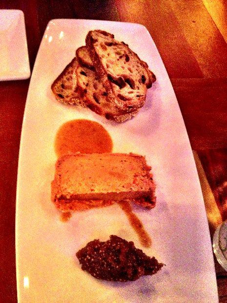 Terrine de foie gras fumée, figues, noisettes